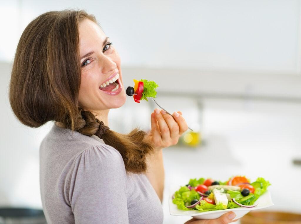 kobieta jedząca zdrową sałatkę